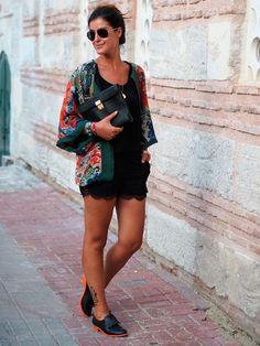 Que tal acrescentar um toque de cor ao look all black com um kimono estampado?