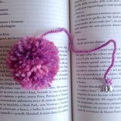 Segnalibro con pompon rosa e ciondolino a libro, fatto a mano, by La piccola bottega della Creatività, 6,00 € su misshobby.com