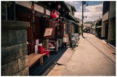吹く風もどこか懐かしい、「ならまち」の風景。  奈良に「奈良町」という地名は実際にはありませんが、旧市街地、元興寺の旧境内の一画を通称「ならまち(奈良町)」と呼び、昔ながらの町屋が残る風景が、訪れた人をやさしく迎えてくれます。  江戸時代にはお伊勢参りの宿場町として栄え、周囲には興福寺、東大寺、奈良公園と見どころも多い「ならまち」は、おしゃれなカフェやレストランも多くある人気のスポットです。
