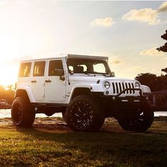 WHITE JEEP JK CUSTOMIZED WITH LIFT AND WHEELS
