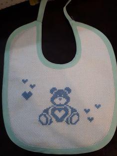Bavetta orsetto punto croce Knitting Designs, Cross Stitch Designs, Baby Bibs, Tema Disney, Cats, Pattern, Counted Cross Stitches, Centipedes, Crafts