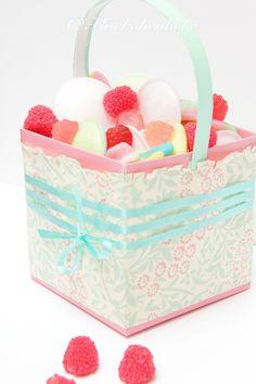 Geschenkkörbchen aus Verpackungsresten / Gift basket made from chocolate box and the grip of a yoghurt bucket / Upcycling