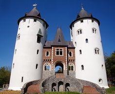 Castle Gwynn - saw the top of this high on a hill while driving down scenic highway 840. Apparently, it's where they hold the Tennessee Renaissance Festival in May. I SO want to go now!