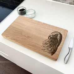 This hand-crafted oak chopping board displaying a magnificent eagle design is a perfect gift for any nature lover! If you love to cook and entertain, our chopping boards will serve with style and function. Oak Chopping Board, Wooden Chopping Boards, Eagle Design, Display, Entertaining, Cook, Nature, Gifts, Handmade