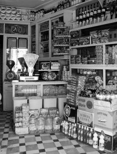 Em extinçāo: secos e molhados. Old General Stores, Old Country Stores, Mercado Vintage, Old Pictures, Old Photos, Old Paris, Reisen In Europa, Vintage Country, Vintage Photographs
