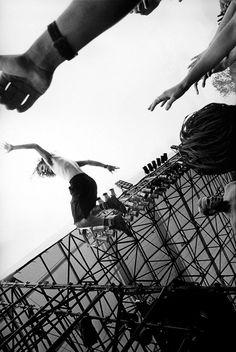 Eddie Vedder diving from about Eddie Vedder (photo: Danny Clinch) Mookie Blaylock, Ed Vedder, Grateful Dead Music, Pearl Jam Eddie Vedder, Band Posters, Music Posters, The Jam Band, Star Photography, The Black Keys