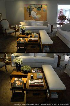 Sala de Estar em Tons Claros e Amadeirados com Cinza e Branco