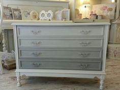 Cómoda pintada en Old White, cajones en degradado de Paris Grey, acabada con Clear Wax Chalk Paint Annie Sloan