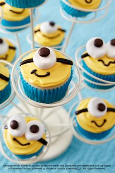 Despicable Me cupcakes for your little Minions birthday party! (i'm pretty sure they're mini cupcakes, mini marshmallows and mini m&m's. I did regular cupcakes with mini marshmallows and regular m&ms. Cupcakes Dos Minions, Despicable Me Cupcakes, Kid Cupcakes, Yummy Cupcakes, Cupcake Cookies, Fancy Cupcakes, Minion Cupcakes Recipe, Easy Animal Cupcakes, Boy Birthday Cupcakes