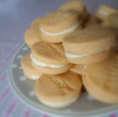 The English Kitchen: Custard Creams