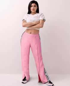 Kylie Jenner joins her sister Kendall as a new brand ambassador for Adidas. For her first campaign, Kylie poses in the Adidas Originals 'Falcon' sneaker which… Kylie Jenner Adidas, Kendall E Kylie Jenner, Trajes Kylie Jenner, Estilo Kylie Jenner, Kendall Jenner Style, Kendall Jenner Outfits, Kardashian Jenner, Kylie Jenna, Kylie Baby