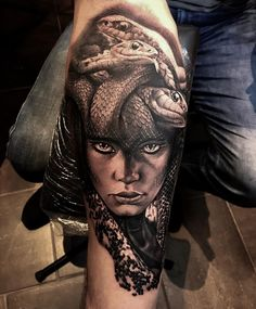 Body Art Tattoos, Hand Tattoos, Girl Tattoos, Sleeve Tattoos, Medusa Tattoo Design, Tattoo Designs, Tattoo Mama, Calf Tattoo, Greece Tattoo