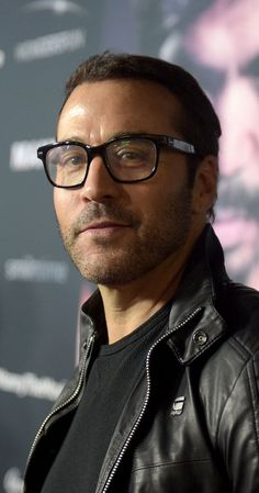Jeremy was born on in New York City, New York as Jeremy Samuel Piven. He is an actor, known for Entourage, Old School, Serendipity and The Family Man. Jeremy Piven, The Undertones, Jewish Men, The Right Man, Great Leaders, Perfect Man, Bearded Men, Picture Photo, Gq