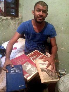Com livros achados no lixo, morador do DF aprende a ler e se torna médico http://glo.bo/WfpNpC (Foto: Raquel Morais/G1)