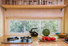 The tiny house movement has become very popular. See 10 reasons the tiny house movement is huge! Tiny House Living, Small Living Rooms, Modern Living, Tiny House Movement, Small Windows, Craftsman House Plans, Inside Design, Decoration, Cool Kitchens