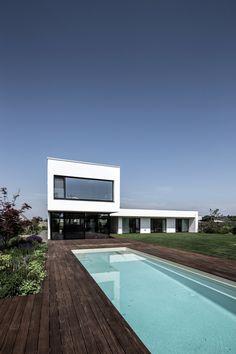 Nenápadná, elegantní stavba vyrostla vRusovcích (Bratislava) přibližně před rokem. Patří do portfolia renomovaného architektonického studia plusminusarchitects, které si majitelé domu vybrali po prvotních konzultací oprojektu. Už tradičně – zrealizovaný projekt splnil nejvyšší standardy…