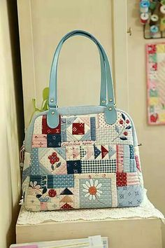 Discover recipes, home ideas, style inspiration and other ideas to try. Patchwork Patterns, Patchwork Bags, Quilted Bag, Crazy Patchwork, Quilted Purse Patterns, Handbag Patterns, Patchwork Designs, Tote Purse, Tote Handbags