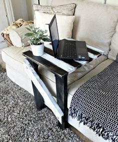 "DIY - Hazlo tu mismo - Furniture: Make a Sofa ""C"" Table. C Table, Sofa Side Table, Side Tables, Couch Table, Diy Sofa, Unique Home Decor, Diy Home Decor, Diy Furniture Making, Palette Deco"