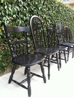Black Vintage Dining Chairs all painted black around a large farmhouse table. I would add matching grey cushions. Woven Dining Chairs, Vintage Dining Chairs, Dining Chair Set, Dining Room Chairs, Shabby Chic Kitchen Chairs, Black Kitchen Chairs, Farmhouse Dining Chairs, Mismatched Chairs, Painted Chairs