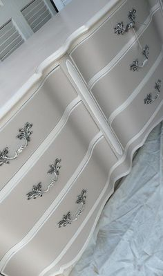 I LOVE this paint combination for   Vivienne's dresser!  I'm going to try to do something like   this.
