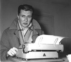 Marek Hłasko w swoim mieszkaniu przy ul. Częstochowskiej na Ochocie w 1957 r.