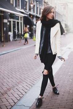 style scrapbook >>I love the layering on the upper half of her outfit. the white sweat shirt, and the scarf over the grey shirt. Fashion Mode, Fashion Blogger Style, Look Fashion, Fashion Trends, Fashion Stylist, Fashion Bloggers, Vogue, Looks Style, Style Me