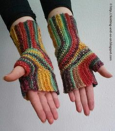 U-Turn Mitts, these fingerless gloves are worked in one piece, great for variegated yarn: free crochet pattern Crochet Hand Warmers, Crochet Mitts, Crochet Gloves Pattern, Freeform Crochet, Knit Or Crochet, Free Crochet, Crochet Patterns, Easy Crochet, Crochet Ideas
