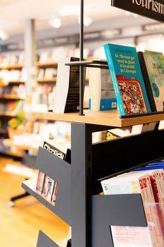 DB-Créations vous présente Mobibook, sa gamme de mobilier pour librairies, espaces culturels et bibliothèques.  C'est à vous de choisir comment vous souhaitez monter vos étagères. #dbcreations #mobibook #librairie #bibliothèque Creations, Desk, Home Decor, Bookstores, Spaces, Photo Galleries, Lineup, Desktop, Decoration Home