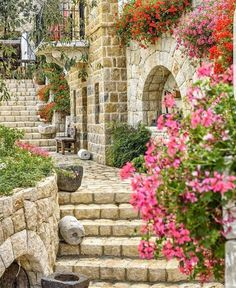 Outra antiga aut ntica e pitoresca casa libanesa toda constru da em Byblos Lebanon - Lebanon in a Picture Byblos Lebanon, Beirut Lebanon, Lebanon Culture, Middle East Culture, Old House Design, Village Photography, Old Houses, Beautiful Gardens, Beautiful Places