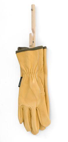 Met deze handschoenenknijper hangt u uw handschoenen te drogen. De knijper is voorzien van een gaatje t.b.v. een schroef, waarmee u de knijper aan een wand kunt bevestigen. Gebruik er een per handschoen.