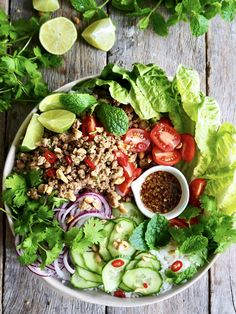Thai (larb) salat med kylling Thai Larb, Frisk, Cobb Salad, Chili, Food, Cilantro, Meal, Chile, Chilis