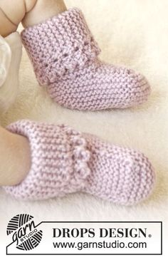 "Lullaby booties / DROPS Baby - free knitting patterns by DROPS design - Knitted DROPS shoes with slips in ""Karisma"" with picots. Baby Knitting Patterns, Baby Booties Knitting Pattern, Knit Baby Booties, Knitting For Kids, Baby Patterns, Free Knitting, Crochet Patterns, Knitted Baby Socks, Crochet Socks"