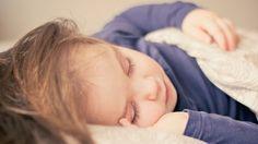 Am I Disturbing my Own Sleep? Study suggests kids sleep problems correlate with parental sleep problems. Kids Sleep, Baby Sleep, Catherine Gueguen, Toddler Sleep Training, Sleep Sense, Eczema Relief, Education Positive, Toddler Pillow, Sleeping Through The Night