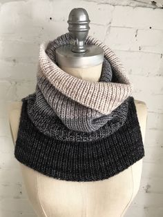 New free pattern: Flying Solo We have another new free pattern for you this week! FLYING SOLO is a chic and minimalist unisex ribbed cowl knit with three colours of Artfil Solo. Two strands are held together throughout the pro… Lace Patterns, Baby Knitting Patterns, Loom Knitting, Knitting Stitches, Free Knitting, Finger Knitting, Scarf Patterns, Knitting Tutorials, Knitting Machine