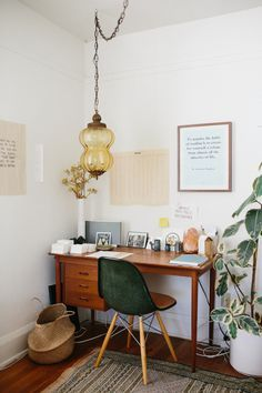 Boho vintage home office in Santa Monica from entrepreneur Ally Walsh. // via Jenni Kayne Boho vintage home office in Santa Monica from entrepreneur Ally Walsh. // via Jenni Kayne Diy Interior, Home Interior Design, Interior Decorating, Decorating Ideas, Modern Interior, Vintage Interior Design, Interior Painting, Luxury Interior, Interior Design Living Room Warm