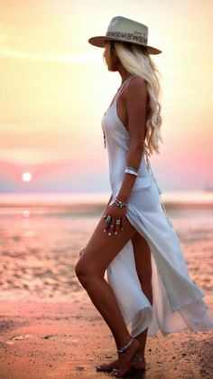 15 Trendy Summer Outfits We Are Loving This Sunny Season 011 Beach Photography Poses, Beach Poses, Portrait Photography, Levitation Photography, Exposure Photography, Outfit Strand, Beach Shoot, Shooting Photo, Photo Poses