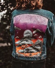 Here are step by step instructions for how to paint denim. Give your favorite jeans, shorts, jackets, and skirts a chance to shine with these trendy designs Customised Denim Jacket, Painted Denim Jacket, Painted Jeans, Painted Clothes, Custom Clothes, Diy Clothes, Denim Kunst, Jean Jacket Design, Creations