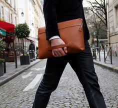 black_document_holder_packet_by_bonastreHandcrafted in Spain and designed by Parisian-based Fernando Bonastre, the Document Packet is an amply sized folio, accommodating up to a 13 inch laptop. Small Leather Goods, Leather Bags, Mens Pouch, Document Holder, Luxury Bags, Modern Luxury, Leather Working, Clutch Bag, Bag Accessories
