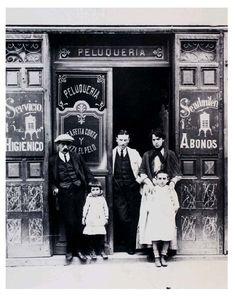 La pequeña burguesía.Constituida por pequeños comerciantes, artesanos, funcionarios de nivel medio-bajo, empleados diversos. Imitaba las formas de vida de la burguesía alta y media. En realidad se encontraba a un paso de la proletarización. Buena parte de los problemas que aquejaron a este colectivo coincidían con los de los trabajadores. Junto a ellos intervinieron en protestas, demandas y reivindicaciones comunes, como ocurrió durante la Revolución de 1848 peluqueria-monares_1914 Antique Photos, Vintage Photos, Art Nouveau, Barcelona, Foto Madrid, Neoclassical Architecture, Pamplona, World Cities, Black And White Pictures