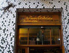Si decides visitar El Tubo, la popular zona de bares de tapas situada en el casco histórico de Zaragoza, no te pierdas Bodegas Almau, un lugar lleno de encanto regentado ya por la cuarta generación desde que fuese fundado en 1870.
