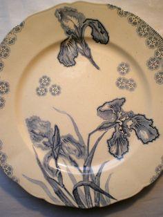 Plat Art Nouveau Terre de Fer, modèle Iris en bleu