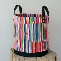 Räsymattokori Hot Glue Art, Hand Knit Bag, Weaving Projects, Tear, Boho Diy, T Shirt Yarn, Loom Weaving, Personalized T Shirts, Knitted Bags