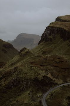 The Quiraing walk in Scotland. Narcisse Et Echo, Nature Sauvage, Slytherin Aesthetic, Dark Paradise, Photocollage, Nature Aesthetic, Aesthetic Quote, All Nature, Aesthetic Pictures