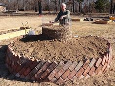 Key Hole Garden  Have you ever heard of a garden that waters and fertilizes itself?  http://homesteadsurvival.blogspot.com/2012/04/keyhole-garden-have-you-ever-heard-of.html