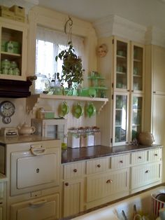 Traditional country kitchens are a design option that is often referred to as being timeless. Over the years, many people have found a traditional country kitchen design is just what they desire so they feel more at home in their kitchen. Cozy Kitchen, Shabby Chic Kitchen, Kitchen Redo, New Kitchen, Kitchen Dining, Kitchen Ideas, Kitchen Yellow, Cottage Kitchens, Home Kitchens