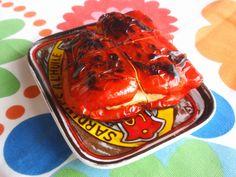 Niekedy dávnejšie som raz na nete zazrela recept na papriky plnené syrom halloumi. Z toho, čo som si zapamätala, som urobila také...
