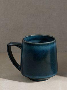 Ceramics Pottery Mugs, Ceramic Pottery, Pottery Art, Stoneware Mugs, Ceramics Projects, Ceramics Ideas, Rookwood Pottery, Pottery Designs, Pottery Ideas