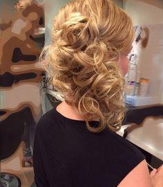 Krullend opgestoken zijkant Long Hair Video, Wedding Guest Hairstyles, Braids For Short Hair, Wedding Hair Down, Super Hair, Hair Vine, Hairstyles For School, Wedding Hair Accessories, Hair Dos
