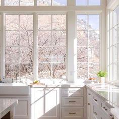 Small Cottage Kitchen, All White Kitchen, Kitchen Magic, Bright Kitchens, Cool Kitchens, Tiny Kitchens, Beautiful Kitchens, Beautiful Homes, Home Staging