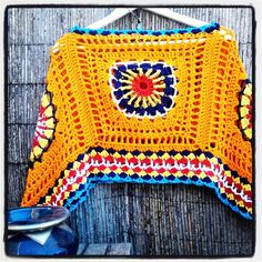 Bo-M - Another one of Bo-M's bright poncho's. Easy Crochet Stitches, Diy Crochet Patterns, Crochet Diy, Crochet Shirt, Crochet Woman, Crochet Granny, Crochet Projects, Crochet Shawls And Wraps, Crochet Scarves